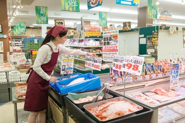 鮮魚売り場の店員