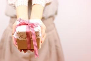 プレゼントを贈る女性の手元